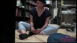 路上に座る素朴な女の子が家出娘!ハメ撮りが趣味の男が家に連れ込みパイパン娘 裏DVDサンプル画像